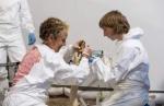Dr. Lieze ( rechts ) aan het werk