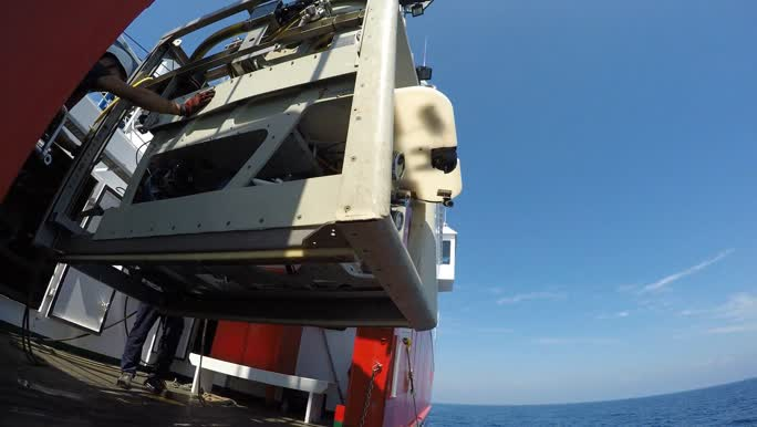 Te water laten ROV Zonnebloem op RV Sarmiento de Gamboa