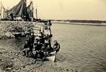 """Originele beschrijving foto: """"Klas visserijschool bij het roeien"""". Opmerkingen en aanvullingen meer dan welkom!"""