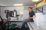 Educatief medewerker VLIZ (Michiel Smits) bij experiment om stromingen aan te tonen. [cruise info]