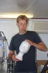 Educatief medewerker VLIZ (Michiel Smits): experiment om druk onder water aan te tonen. (23.08.2010) [cruise info]