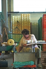 Vrouw verkoopt visnetten