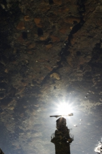 reflectie in  een plas op een strandhoofd