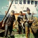 3 vissers met vangst op N.752 Ter Yde (bouwjaar 1971), author: Onbekend