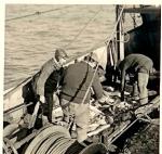 Vissers met vangst aan boord van de N.736