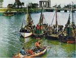 Vissers op weg naar schepen