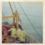 Vissers in oliejas aan boord