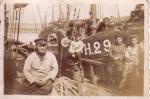 H.29 Léopold-Raymonde (Bouwjaar 1926) in haven met enkele onbekende vissers