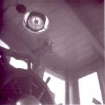 Binnenzicht stuurhut, met stuurrad, kompas en bediening misthoorn