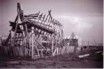 Houten geraamte (spanten) van vissersvaartuig in aanbouw