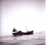 Onbekend vissersvaartuig op kalme zee