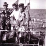 Vissers met gedroogde vis op voorplecht