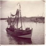 Garnaalvisser Z.54 loopt binnen in haven Zeebrugge