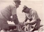 René Savels (rechts) en andere visser herstellen garnaalnetten