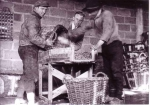 Garnalen poeieren bij viskoper Raphaël Huysseune ter bewaring