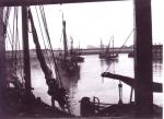 H.54 Miss Mary (Bouwjaar 1901) en andere vaartuigen lopen haven Zeebrugge binnen