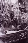 H.52 Eug�nie-Madeleine (bouwjaar 1927) lost vis te Zeebrugge, author: Onbekend