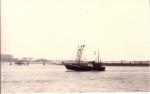 Schip vaart binnen in vaargeul Zeebrugge