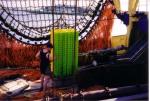 Laden lege viskisten te Zeebrugge