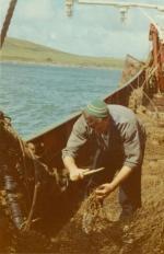 Jan De Voogt herstelt netten voor kust Schotland