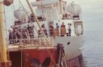 Utiwsselen van vis en schelpen voor drank (Ricard) met kustvaarder Eole