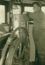 Jan De Voogt bij stuur en dieptemeter