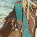 Jan De Voogt maakt visgerecht klaar (kuisen, wassen, naar kombuis)