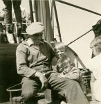 Albert Dobbelaere ('Dip') met enkele kinderen aan boord