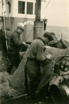 Vissers met net aan boord van de Z.508 Zegen (bouwjaar 1957), author: Onbekend