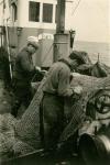 Vissers met net aan boord van de Z.508 Zegen (bouwjaar 1957)