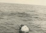 Vissers van gezonken vissersboot N.800 in reddingsboei