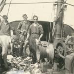 Vissers met vangst aan boord van de Z.583 Sunny Boy (Bouwjaar 1947), author: Onbekend