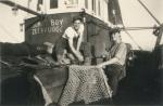 Vissers met net aan boord van de Z.583 Sunny Boy (Bouwjaar 1947), author: Onbekend