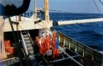 Vissers in oliejas en -broek aan boord