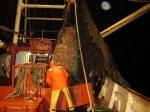 Visser in oliejas aan boord