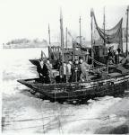 Vissers op ingevroren vissersvaartuig