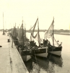 N.779 (Bouwjaar 1942) en andere schepen in de haven, author: Onbekend