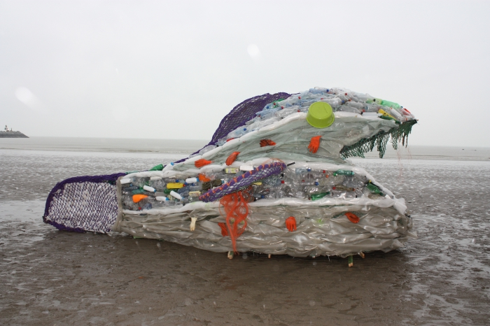 Plastic 'sea monster' washed ashore => Get attention for plastic pollution!