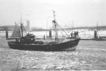 IJs in de vaargeul van de haven van Zeebrugge tijdens de strenge winter 1962-1963. De Z.422 Deruyter vertrekt zeewaarts.