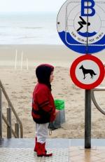 Kind aan een verkeersbord