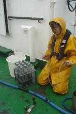 Ulrike Braeckman (UGent - Sectie Mariene Biologie) neemt sedimentstalen in kader van WESTBANKS-project (25.08.2010). [cruise info]
