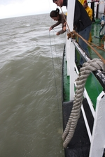 Secchi-schijf meet de turbiditeit van het zeewater (25.08.2010)