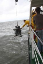 Carrousel met CTD en 6 Niskinflessen wordt aan boord gehesen (25.08.2010).