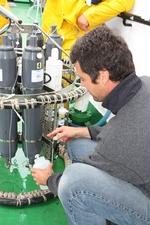 André Cattrijsse neemt waterstaal uit een van de Niskin-flessen op de carrousel met CTD (25.08.2010).