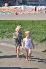 Spelende kindjes op strandhoofd