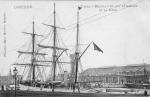 """Postkaart getiteld """"Yacht Belgica du Duc d'Orleans et la gare"""" De kaart is afkomstig uit de collectie van Omer Vilain"""